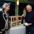 Jean-Pirre Jouët offre une maquette d'Aimée-Hilda à Mme Meilhac pour la résidence Stéphanie